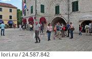 Купить «Вход в старый город Котора с внутренней стороны. Туристы на Площади Оружия. Черногория», видеоролик № 24587842, снято 19 октября 2016 г. (c) Кекяляйнен Андрей / Фотобанк Лори
