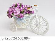 Ретро велосипед с бумажными цветами в корзине. Стоковое фото, фотограф Евгений Беляев / Фотобанк Лори