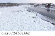 Купить «Заболоченный берег реки в зимнее время года. Карелия», видеоролик № 24638662, снято 26 ноября 2016 г. (c) Кекяляйнен Андрей / Фотобанк Лори