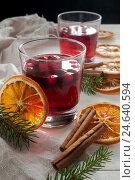 Купить «Рождественский клюквенный напиток с корицей», фото № 24640594, снято 13 декабря 2016 г. (c) Сергей Вольченко / Фотобанк Лори