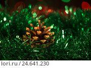 Шишка в зелёной мишуре. Стоковое фото, фотограф Глыцко Андрей / Фотобанк Лори