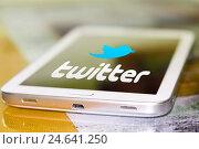 Купить «Иконка Твиттера на  экране сотового телефона», фото № 24641250, снято 13 января 2015 г. (c) Сергеев Валерий / Фотобанк Лори