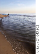 Купить «Beach, sandy beach, sea, waves, man, go, horizon, heaven, afterglow,», фото № 24643962, снято 16 ноября 2007 г. (c) mauritius images / Фотобанк Лори