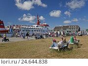Купить «Passengers exit the ferryboat, Spiekeroog (island),», фото № 24644838, снято 25 июня 2019 г. (c) mauritius images / Фотобанк Лори