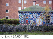 Купить «Denmark, Copenhagen, Christianshavn, Christiania, clay brick facade, brightly, graffiti, capital, house, brick building, walls, facade, smears, broken, vandalism, wilful damage to property,», фото № 24654182, снято 26 января 2009 г. (c) mauritius images / Фотобанк Лори