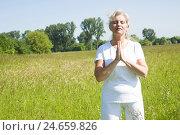 Купить «Senior, yoga, meadow,», фото № 24659826, снято 18 сентября 2018 г. (c) mauritius images / Фотобанк Лори