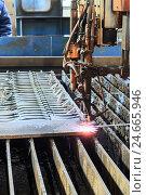 Купить «Кислородный резак разрезает стальной лист», фото № 24665946, снято 28 ноября 2016 г. (c) Андрей Радченко / Фотобанк Лори