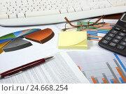 Графики, диаграммы, калькулятор и ручка. Бизнес-натюрморт. Стоковое фото, фотограф Юрий Морозов / Фотобанк Лори
