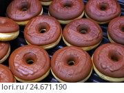 Купить «Пончики в шоколадной глазури», фото № 24671190, снято 14 декабря 2016 г. (c) Александр Тарасенков / Фотобанк Лори