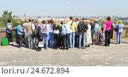 Купить «Туристы на смотровой площадке на Воробьёвых горах», эксклюзивное фото № 24672894, снято 5 июня 2012 г. (c) Алёшина Оксана / Фотобанк Лори