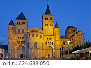 Купить «Germany, Rhineland-Palatinate, Trier, cathedral space, cathedral with dear Church of Our Lady, in the evening,», фото № 24688050, снято 19 июня 2018 г. (c) mauritius images / Фотобанк Лори