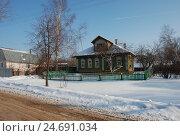Купить «Деревянный жилой дом. Город Кашин. Тверская область», эксклюзивное фото № 24691034, снято 18 февраля 2012 г. (c) lana1501 / Фотобанк Лори