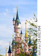 Купить «Франция, Марн-ля-Вале. Главный замок Парижского Диснейленда на фоне голубого неба», фото № 24692994, снято 31 июля 2014 г. (c) Olesya Tseytlin / Фотобанк Лори