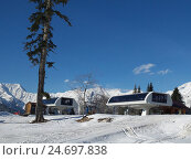 Купить «Снежные горы, станция канатной дороги, солнечный зимний день», фото № 24697838, снято 1 апреля 2016 г. (c) DiS / Фотобанк Лори