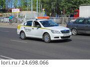Купить «Белое такси марки Skoda на дороге в солнечный день», фото № 24698066, снято 11 мая 2016 г. (c) Михаил Рудницкий / Фотобанк Лори