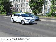 Купить «Белый южнокорейский автомобиль Hyundai Solaris на дороге в солнечный день», фото № 24698090, снято 11 мая 2016 г. (c) Михаил Рудницкий / Фотобанк Лори