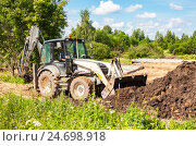 Купить «Bulldozer loading and moving ground at the construction site for construction new house», фото № 24698918, снято 1 июля 2016 г. (c) FotograFF / Фотобанк Лори