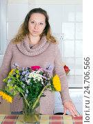 Купить «Портрет домохозяйки с цветами», фото № 24706566, снято 2 октября 2016 г. (c) Ольга Марк / Фотобанк Лори