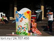 Купить «Девушка увлеченно рисует в парке Музеон», фото № 24707450, снято 23 июля 2016 г. (c) Эдуард Паравян / Фотобанк Лори