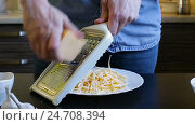 Купить «Hands chefs rub cheese on a grater. Homemade breakfast», видеоролик № 24708394, снято 17 декабря 2016 г. (c) Загородний Кирилл / Фотобанк Лори