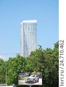 Купить «Фрагмент дома 8 на Мосфильмовской улице», эксклюзивное фото № 24710462, снято 5 июня 2012 г. (c) Алёшина Оксана / Фотобанк Лори