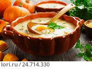 Купить «Сырный суп с тыквой и пшеном в супнице на обеденном столе», фото № 24714330, снято 15 декабря 2016 г. (c) Надежда Мишкова / Фотобанк Лори