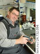 Купить «Позитивный мужчина за работой», эксклюзивное фото № 24732094, снято 15 декабря 2016 г. (c) Юрий Морозов / Фотобанк Лори