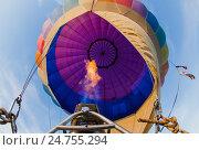 Горелка в воздушном шаре в голубом небе (2016 год). Редакционное фото, фотограф Чебеляев Геннадий / Фотобанк Лори
