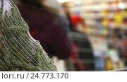 Christmas shopping concept in blur. Buying Christmas tree in the hypermarket. Стоковое видео, видеограф Vladimir Botkin / Фотобанк Лори