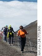 Группа девушек-туристок поднимаются по тропе на вершину Авачинского вулкана, фото № 24773806, снято 7 августа 2014 г. (c) А. А. Пирагис / Фотобанк Лори