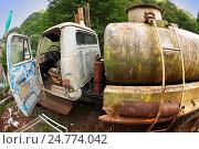 Купить «Брошенный ржавый бензовоз», фото № 24774042, снято 19 апреля 2019 г. (c) OSHI / Фотобанк Лори