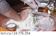 Женщина готовит тесто. Стоковое фото, фотограф Igor Sirbu / Фотобанк Лори