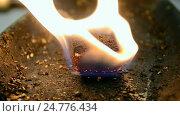 Купить «Горящее топливо. Огненное пламя на ветру», видеоролик № 24776434, снято 20 декабря 2016 г. (c) FMRU / Фотобанк Лори
