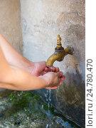 Женщина моет руки под краном. Уличный рукомойник, Испания. Стоковое фото, фотограф Елена Корнеева / Фотобанк Лори