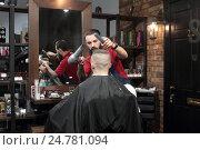 Москва, парикмахерская, мужской салон, эксклюзивное фото № 24781094, снято 24 декабря 2016 г. (c) Дмитрий Нейман / Фотобанк Лори