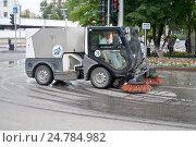 Купить «Машина пылесос для уборки улиц убирает дорогу в Тюмени», фото № 24784982, снято 10 августа 2016 г. (c) Землянникова Вероника / Фотобанк Лори