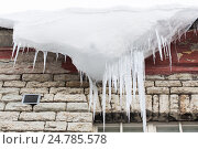 Купить «icicles and snow hanging from building roof», фото № 24785578, снято 11 ноября 2016 г. (c) Syda Productions / Фотобанк Лори