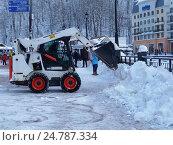 Купить «Снегоуборочная машина чистит снег на  набережной горнолыжного курорта Роза Хутор», фото № 24787334, снято 23 декабря 2016 г. (c) DiS / Фотобанк Лори