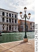 Купить «Венеция. Набережная Гранд-канала в районе Сан-Поло. Венецианский уличный фонарь с муранским розовым стеклом», фото № 24790878, снято 9 октября 2016 г. (c) Виктория Катьянова / Фотобанк Лори