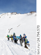 Купить «Сноубордисты и горнолыжники поднимаются пешком на гору для фрирайда», фото № 24794570, снято 9 марта 2014 г. (c) А. А. Пирагис / Фотобанк Лори