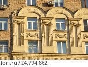 Купить «Архитектурный декор фасада. Кирпичный жилой дом в стиле позднего сталинского ампира, построен в 1953 году. Велозаводская улица, 11/1. Южнопортовый район. Москва», эксклюзивное фото № 24794862, снято 7 декабря 2016 г. (c) lana1501 / Фотобанк Лори