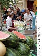 Купить «Москва, главный фонтан в арбузах и дынях магазин ГУМ, продавец и покупатели», эксклюзивное фото № 24795446, снято 16 августа 2016 г. (c) Дмитрий Неумоин / Фотобанк Лори
