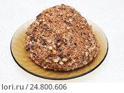 Торт муравейник на стеклянной тарелке. Стоковое фото, фотограф Никита Ковалёв / Фотобанк Лори