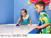 Дети играют в настольный хоккей. Стоковое фото, фотограф Сергей Завьялов / Фотобанк Лори