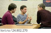 Купить «Студенты обсуждают проблему во время выполнения задания», видеоролик № 24802270, снято 26 декабря 2016 г. (c) FMRU / Фотобанк Лори