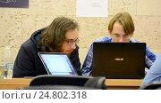 Купить «Студенты работают с ноутбуком во время выполнения задания», видеоролик № 24802318, снято 26 декабря 2016 г. (c) FMRU / Фотобанк Лори
