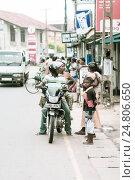 Купить «Местные ланкийские жители увлеченно общаются друг с другом, а мальчик недоверчиво смотрит на фотографа», фото № 24806650, снято 11 ноября 2009 г. (c) Эдуард Паравян / Фотобанк Лори