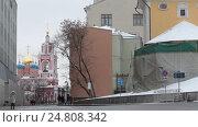 Купить «Малолюдная улица Варварка и проезжает жёлтое такси, Москва зимний день», эксклюзивный видеоролик № 24808342, снято 3 января 2017 г. (c) Дмитрий Неумоин / Фотобанк Лори