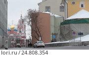 Купить «Транспорт двигается в разном направлении, улица Варварка, Москва зимний день», эксклюзивный видеоролик № 24808354, снято 3 января 2017 г. (c) Дмитрий Неумоин / Фотобанк Лори