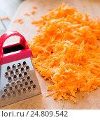 Натёртая морковь на столе. Стоковое фото, фотограф Андрей С / Фотобанк Лори